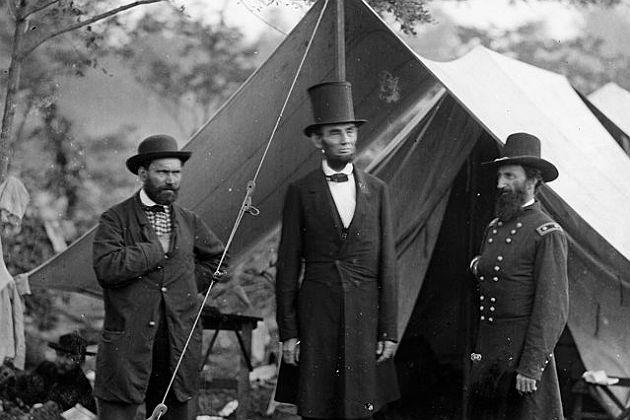 Allan Pinkerton con otro agente y Abraham Lincoln