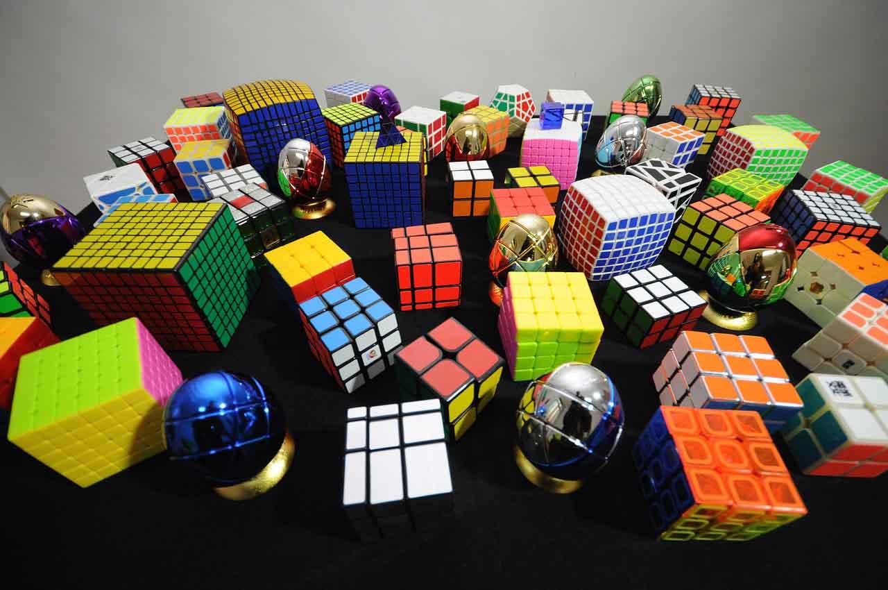 Cubos de Rubik de diferentes tamaños y tipos