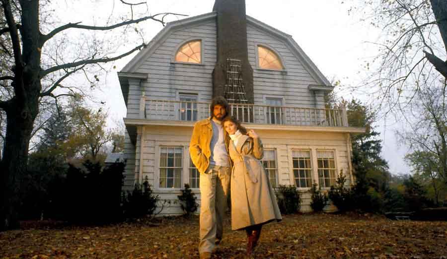 George y Kathy Lutz frente a la casa de Amityville