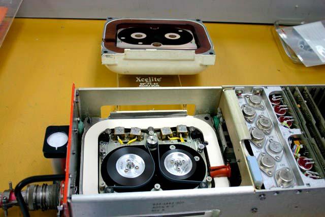Caja negra antigua, compuesta por una grabadora de cinta magnética