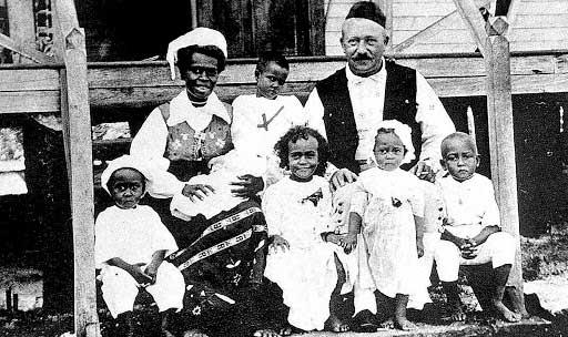 Carl Emil Pettersson con su familia en Tabar
