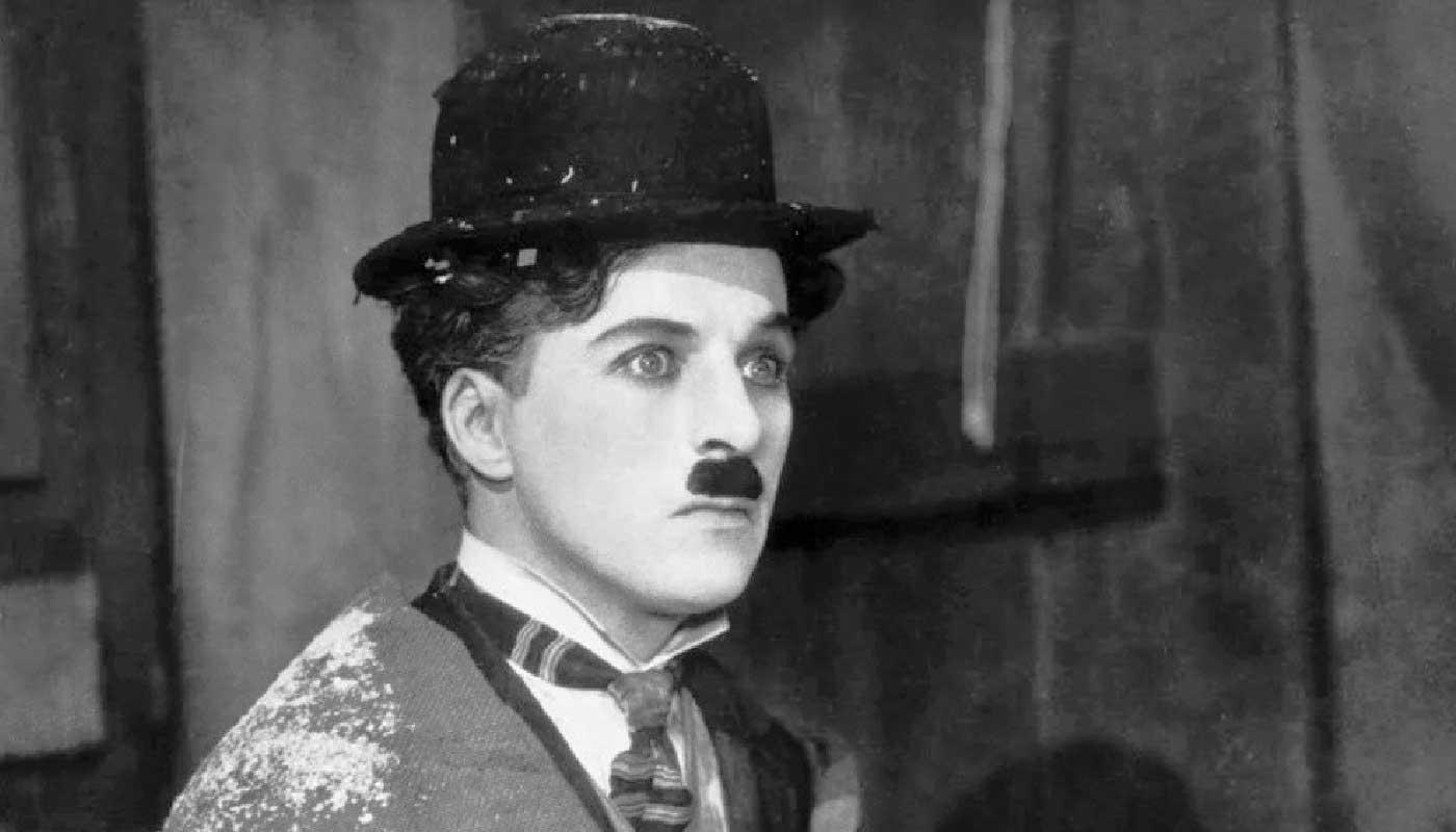 Escena en la que actúa Charlie Chaplin