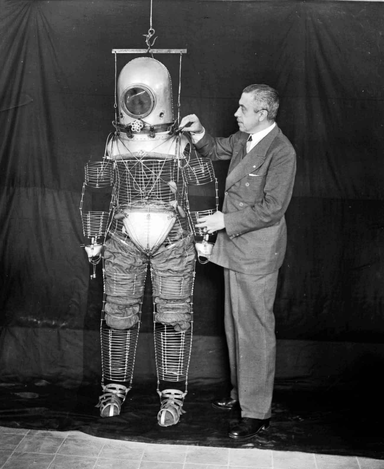 El ingeniero militar español Emilio Herrera mostrando su trabajo en el primer prototipo de traje espacial de la historia
