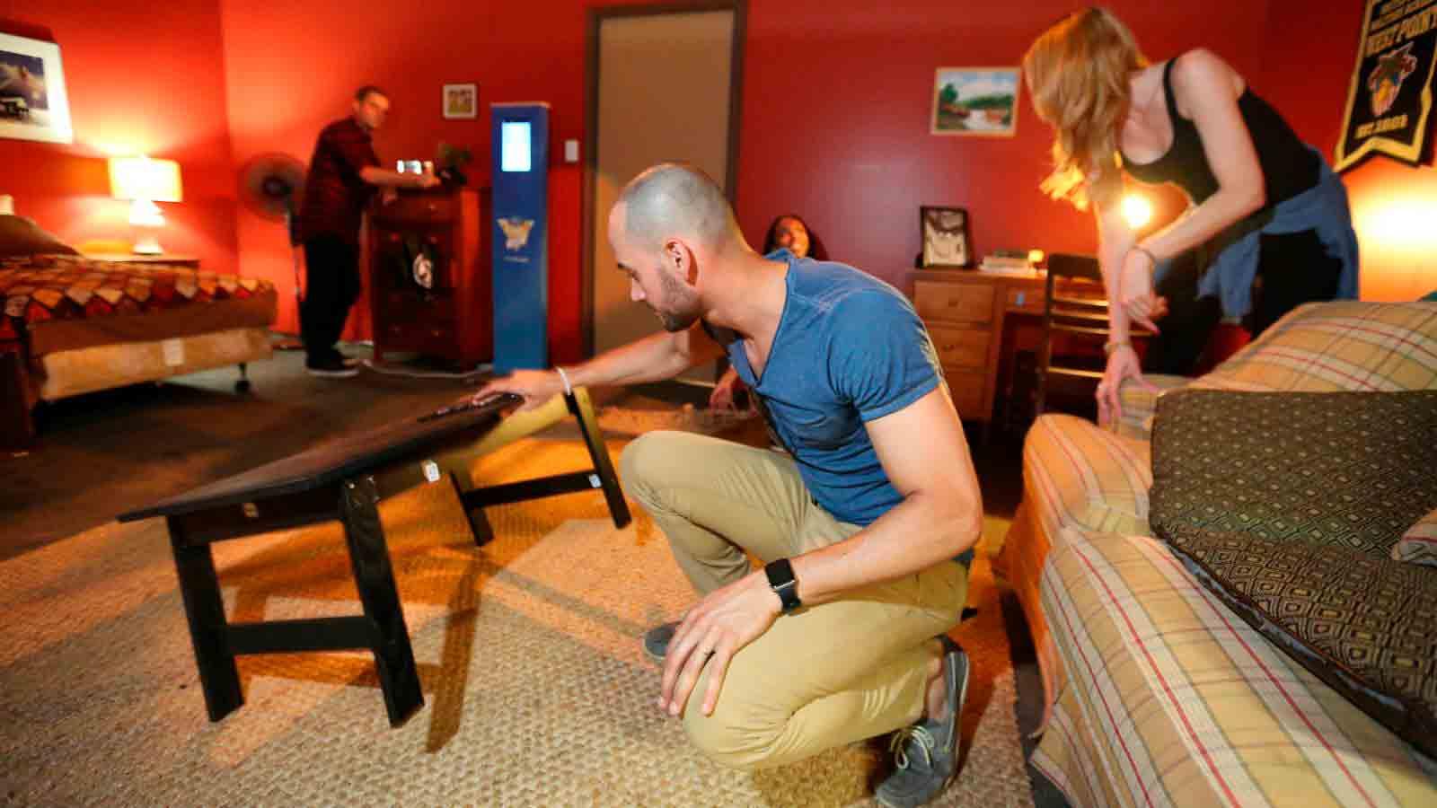 Jugadores participando en una prueba de escape room