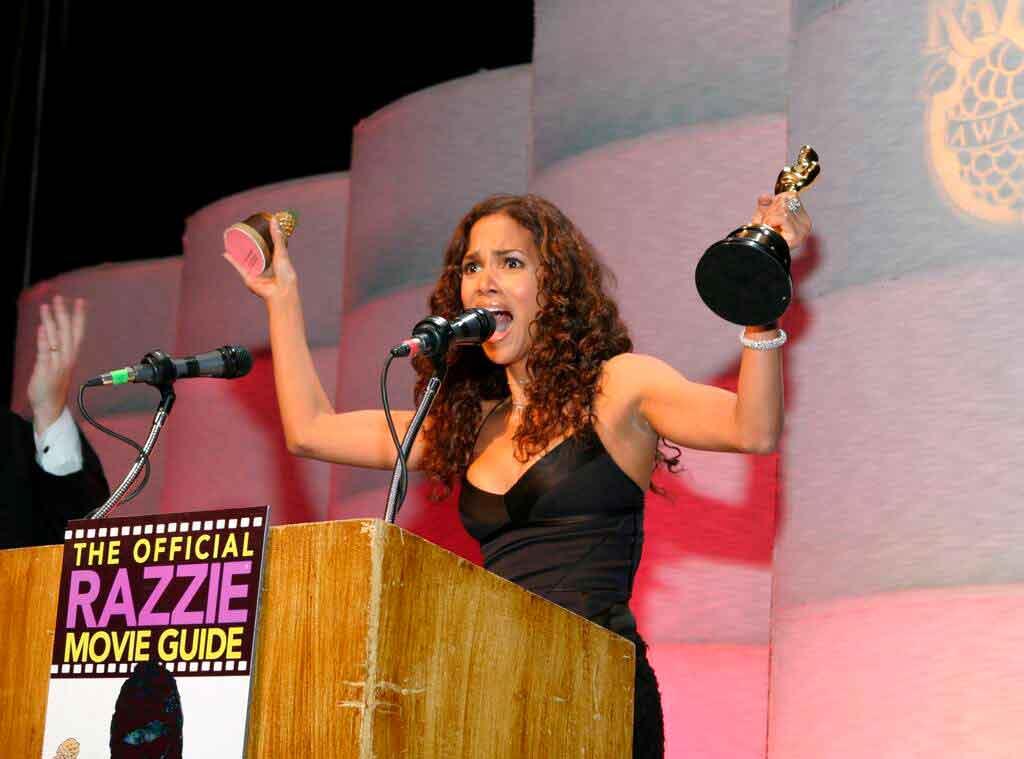 Halle Berry portando el Razzie y el Oscar