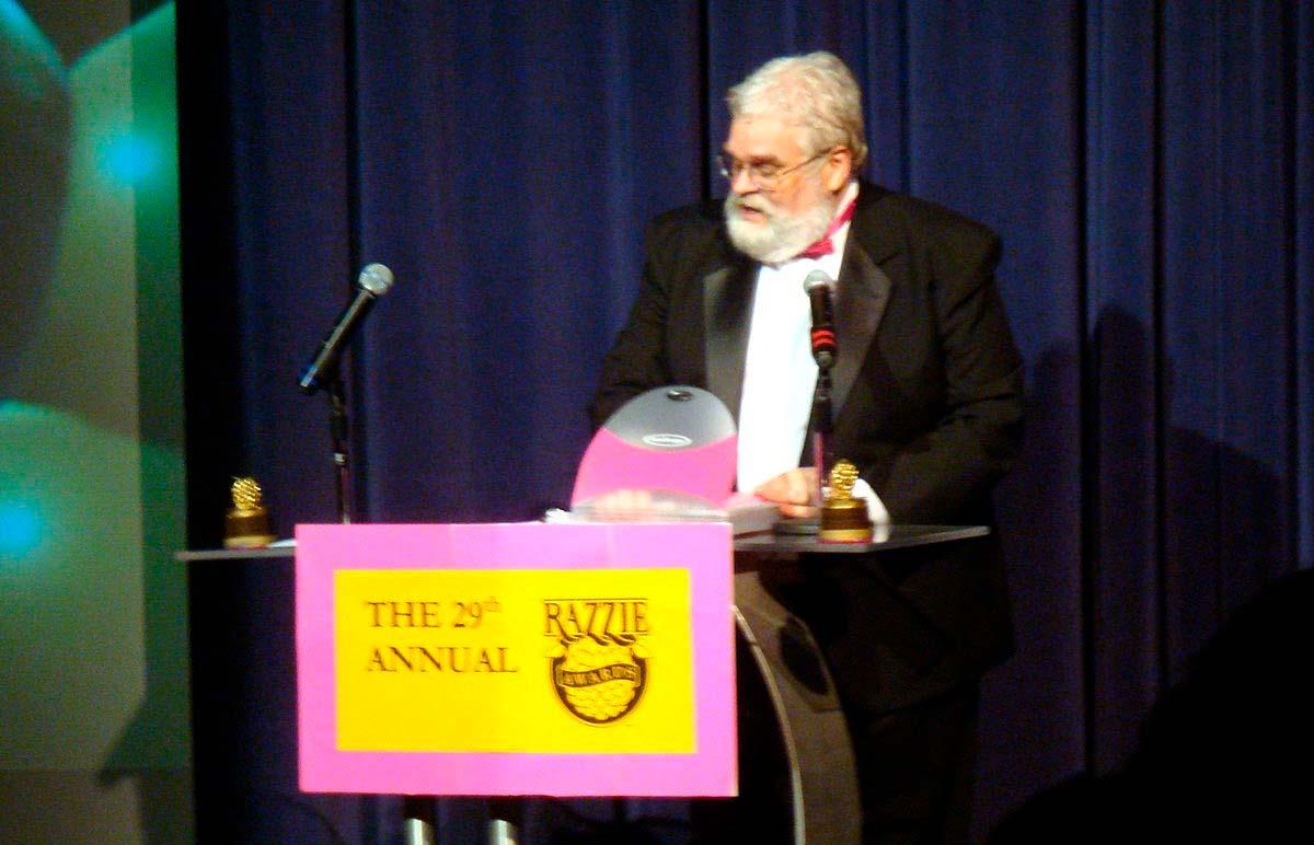 John J. B. Wilson presentando la ceremonia de entrega de los premios Razzie