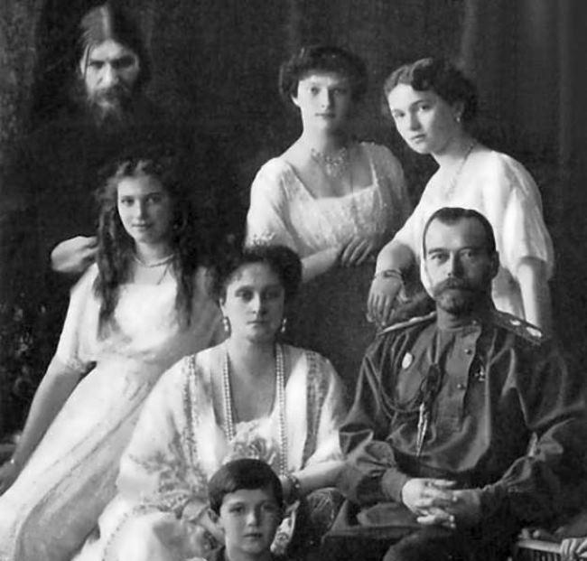 Rasputín con el Zar Nicolás II y su familia