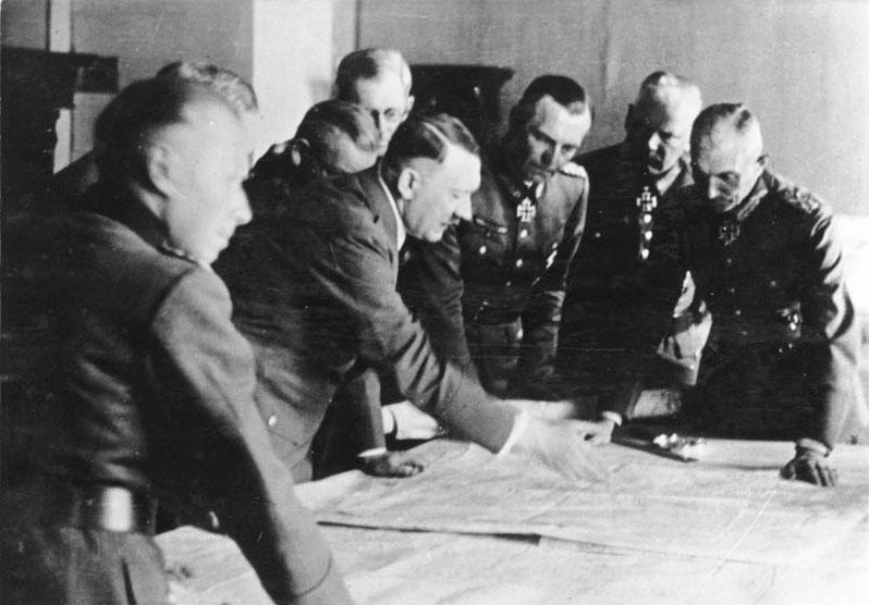 Adolf Hitler en la sala de conferencias de Wolfsschanze, lugar donde se inició la Operación Valquiria