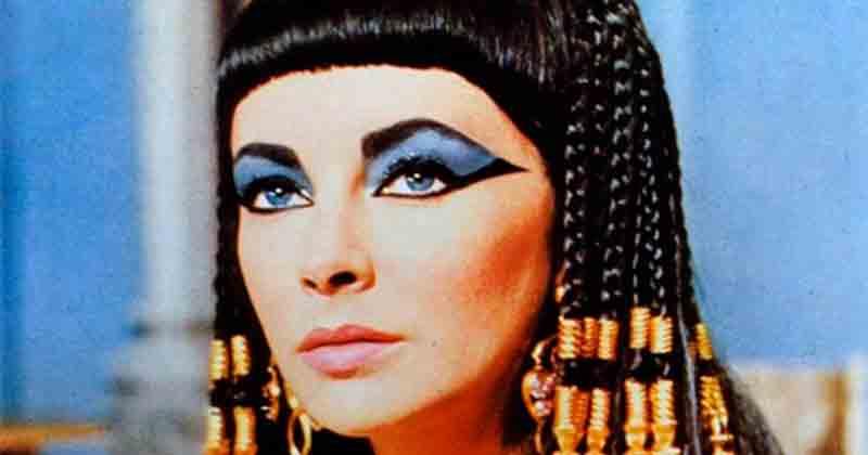 Cleopatra interpretada por Liz Taylor, quien reforzó la idea de la belleza deslumbrante de la faraona