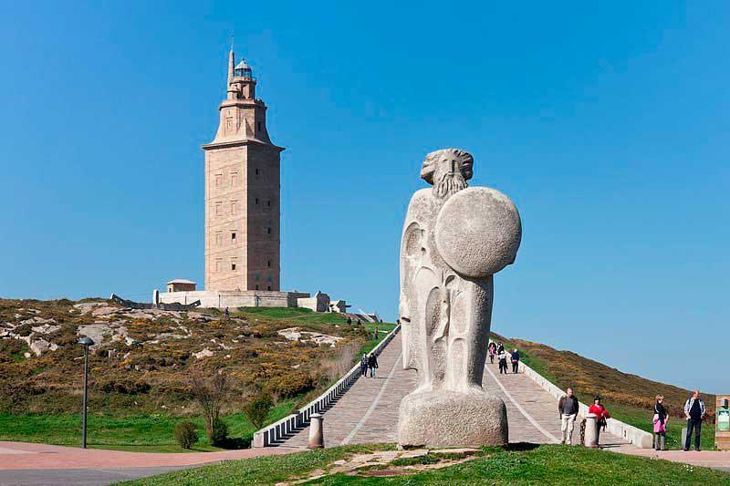 Estatua de Breogán con la Torre de Hércules de fondo