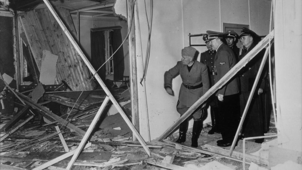 Hitler mostrándole a Mussolini los restos del intento de asesinato