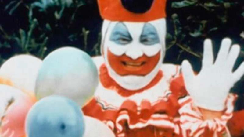 El asesino en serie John Wayne Gacy caracterizado como Pogo el payaso