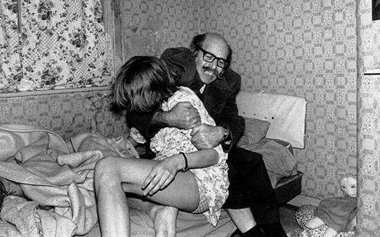 Maurice Grosse sujetando a Janet en uno de los supuestos incidentes