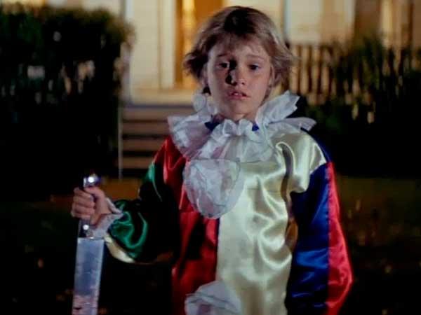 Escena de la película Halloween con Michael Myers cometiendo su primer crimen