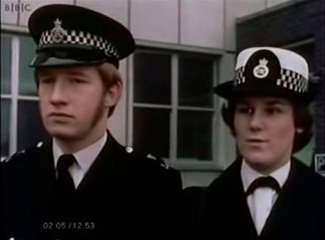 Imagen de los policías dando parte de los acontecimientos