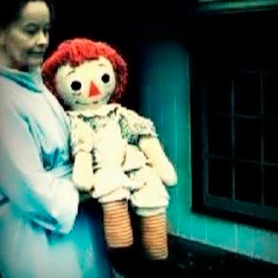 Lorraine Warren portando a la muñeca real Annabelle