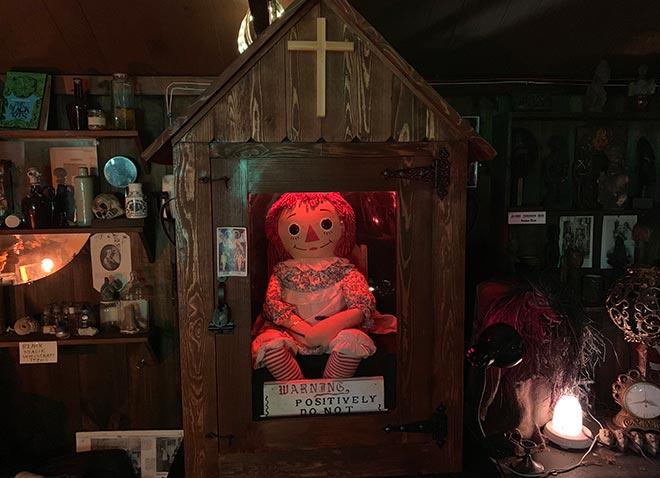 La muñeca en el Museo de lo Oculto de los Warren