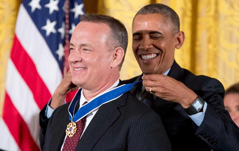 Barack Obama entregando la Medalla de la Libertad a Tom Hanks