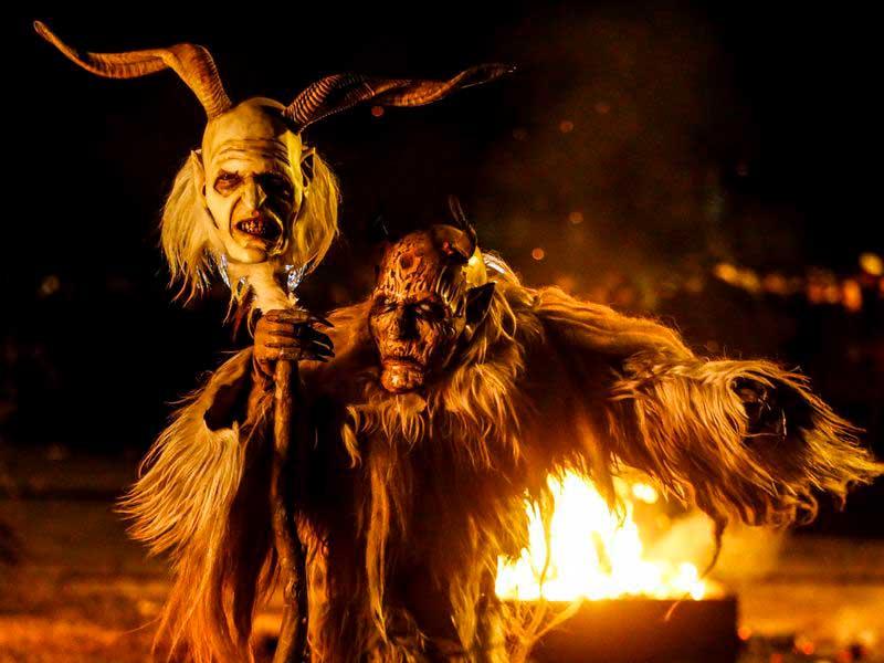 Persona disfrazada de Krampus durante la celebración navideña