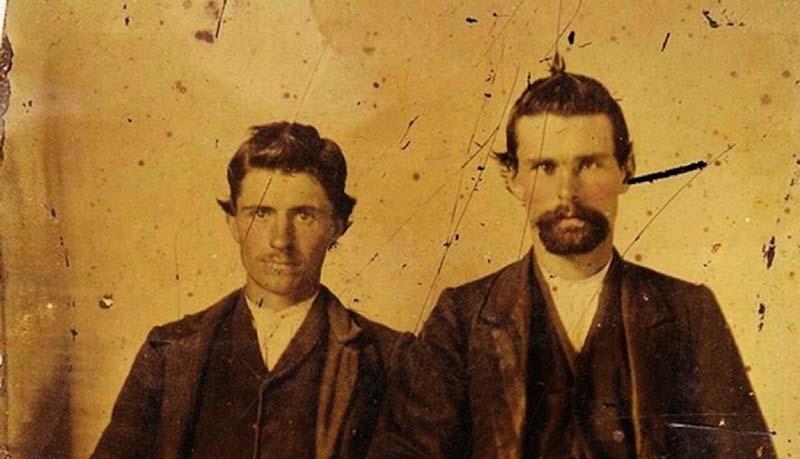 Fotografía de Jesse James (derecha) con su asesino, Robert Ford (izquierda)