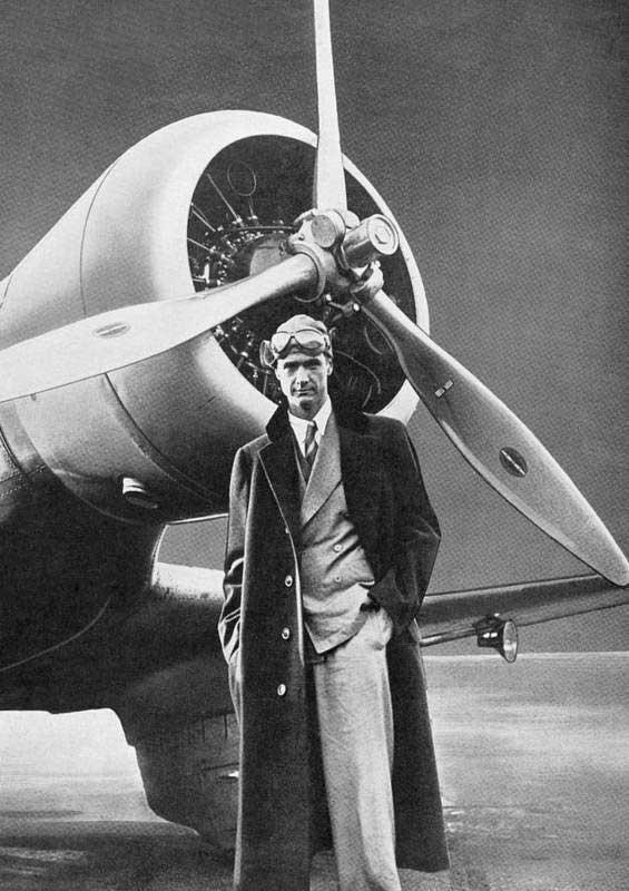 Howard Hughes con uno de sus primeros aviones