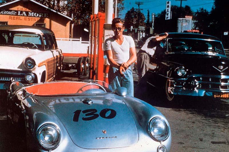 James Dean junto a su coche, Little Bastard