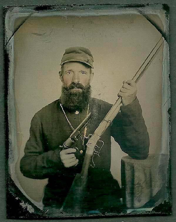 Soldado de la Unión portando un rifle y un revólver Colt durante la Guerra de Secesión de Estados Unidos