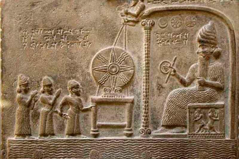 Tablilla de arcilla sumeria que algunos interpretan como la modificación genética de los humanos (izquierda) ejecutada por los Anunnaki (derecha)
