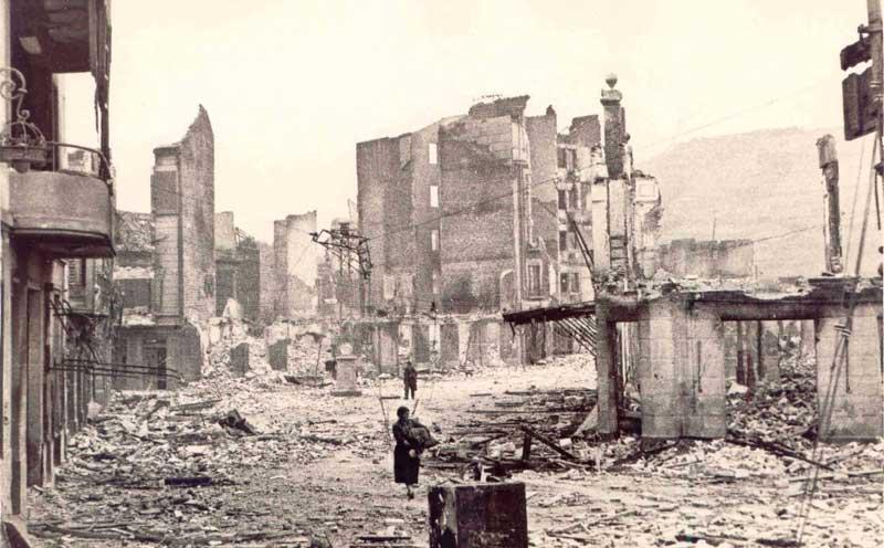 Imágenes de las consecuencias del bombardeo de Guernica, el 26 de abril de 1937