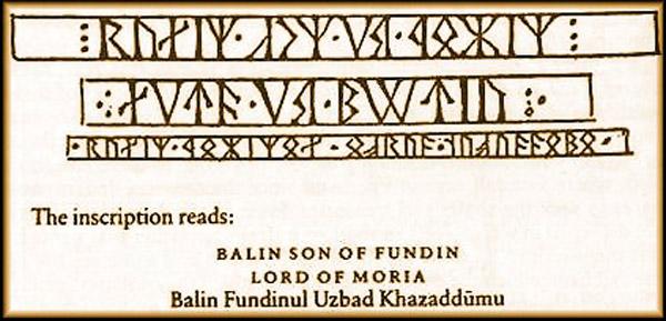 """Inscripción en Khuzdûl, la lengua de los enanos. Dice: """"Balin, hijo de Fundin, Señor de Moria"""""""