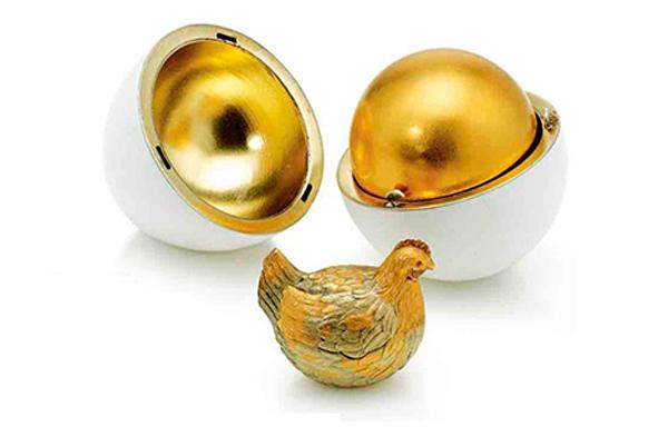 El primer Huevo de Fabergé elaborado en 1885 para el zar Alejandro III, el Primer Huevo Imperial de Gallina