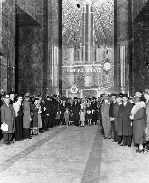 Fotografía del día de inauguración en el vestíbulo del Empire State