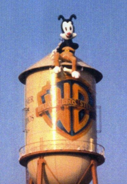 Fotografía tomada por Paul Rugg del globo de Yakko en la torre de agua de los estudios Warner