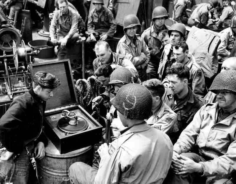 Soldados de los ejércitos Aliados escuchando música durante la II Guerra Mundial