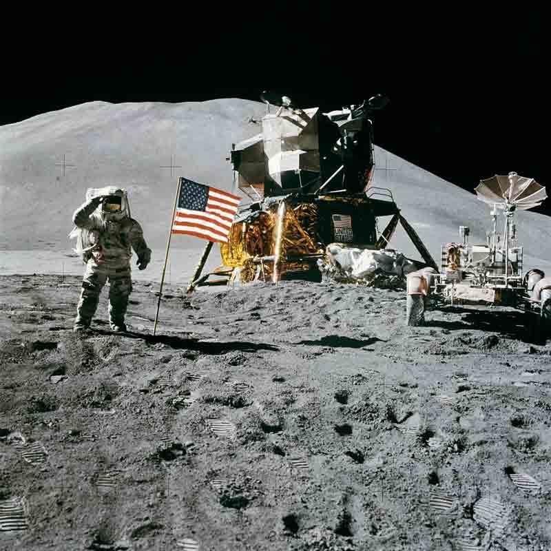 Neil Armstrong tras colocar la bandera de Estados Unidos frente al módulo lunar