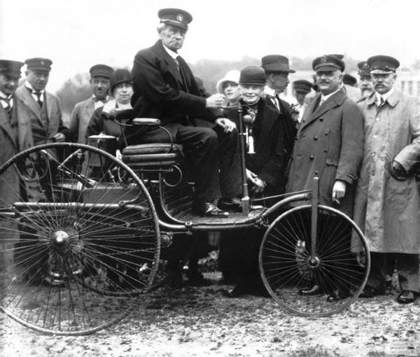 Benz en su Modelo 3, considerado el primer automóvil de la historia