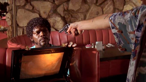 Escena de la película donde se muestra el maletín, ocultando su contenido