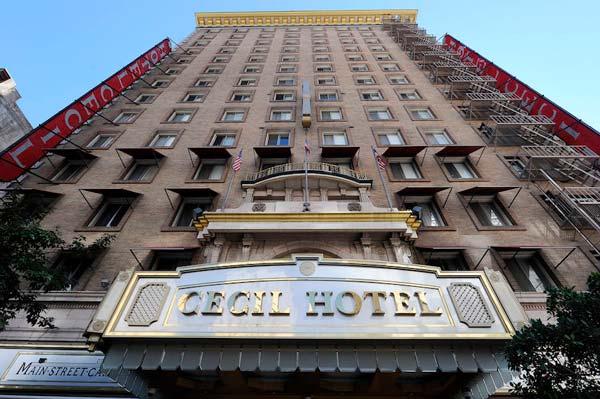 Fachada principal del Hotel Cecil de Los Ángeles