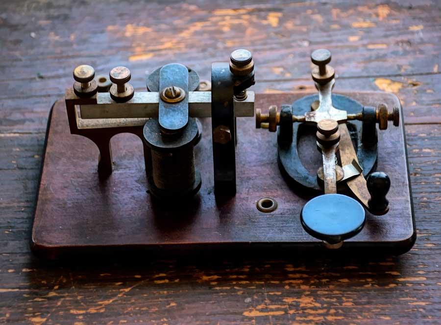 La historia del código Morse y la señal de socorro universal SOS