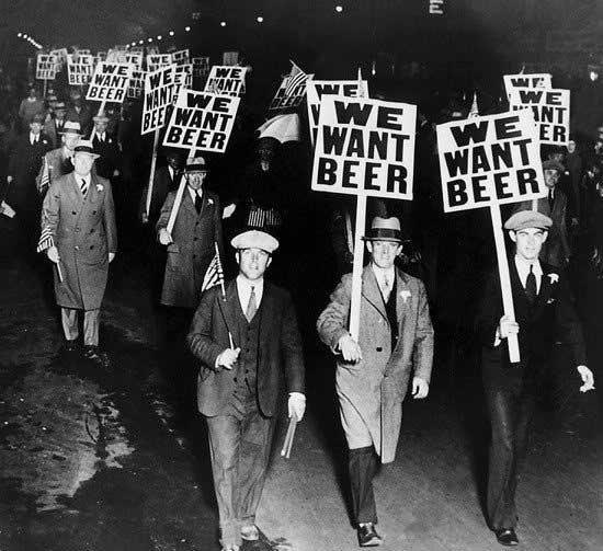 """Manifestantes por la legalización del alcohol en 1933, portando pancartas con el lema """"queremos cerveza"""""""