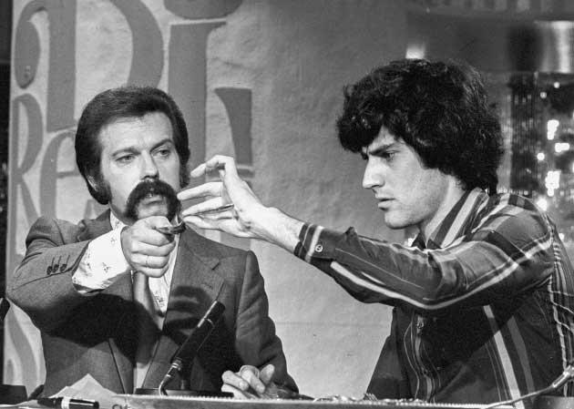 Uri Geller y el presentador de televisión española José María Íñigo, en el programa Directísimo, el 6 de septiembre de 1975 ante una audiencia de 20 millones de espectadores