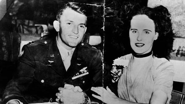 Fotografía de Elizabeth Short con un soldado
