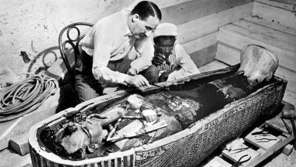 El arqueólogo Howard Carter con el sarcófago y la momia de Tutankamón en 1922
