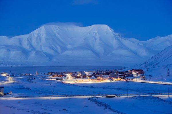 Ciudad de Longyearbyen en el archipiélago de Svalbard