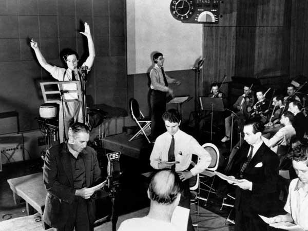 Fotografía de Orson Welles y su equipo teatral durante la dramatización radiofónica de La guerra de los mundos
