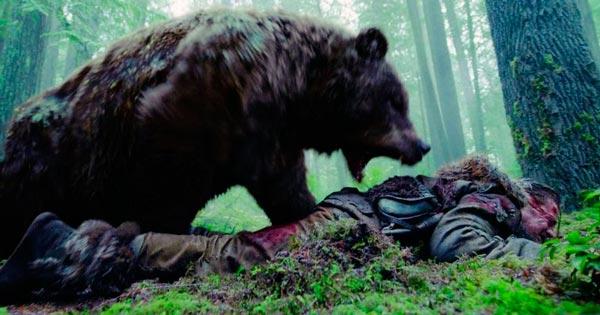 Escena del ataque de la osa grizzly a Hugh Glass en The Revenant