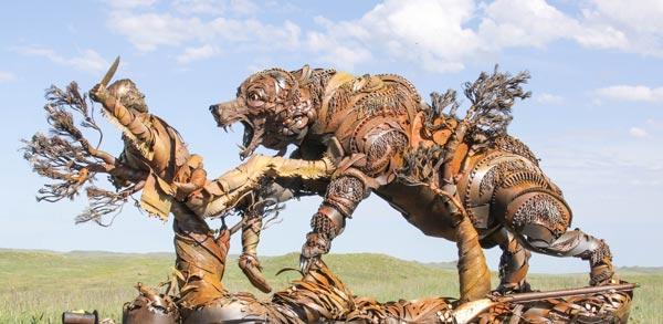 Escultura en representación del ataque del grizzly a Hugh Glass