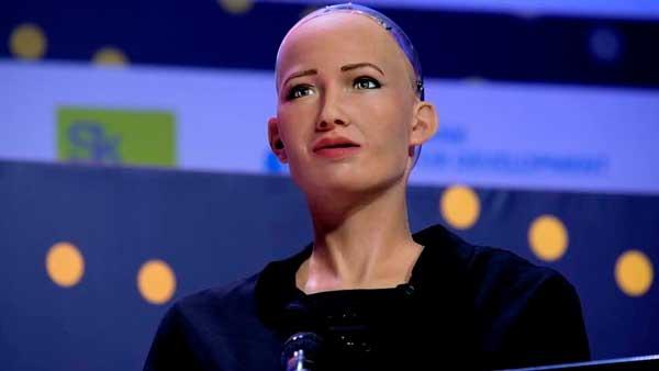 Sophia en una conferencia del Global Summit AI