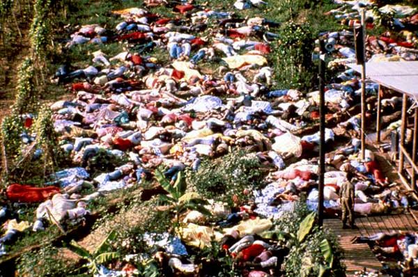 Una de las impactantes imágenes del suceso, con los cuerpos de los fallecidos