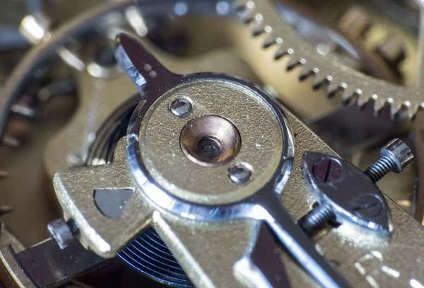 Fotografía detalle del mecanismo de un reloj